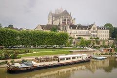 för etienne france för auxerre domkyrkacityscape saint yonne flod Royaltyfri Bild