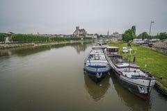 för etienne france för auxerre domkyrkacityscape saint yonne flod Arkivbild