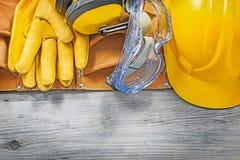 För exponeringsglasläder för öronskydd som skyddande handskar bygger hjälmhjälpmedlet Royaltyfria Bilder