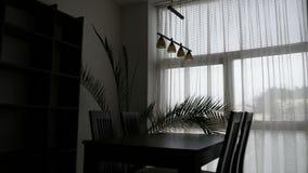 för exponeringsglaslokal för tätt bestick äta middag rund tabell upp arkivfilmer