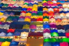 För färgstad för flyg- sikt fri marknad för åtskillig natt royaltyfria foton