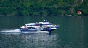 för färjabärplansbåt för como snabb lake royaltyfria bilder