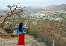 För fågelöga för kvinna turist- tyckande om sikt av Pushkar sjön eller Pushkar Sarovar på Pushkar - Rajasthan - Indien Royaltyfri Bild