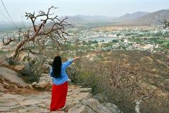 För fågelöga för kvinna turist- tyckande om sikt av Pushkar sjön eller Pushkar Sarovar på Pushkar - Rajasthan - Indien Arkivfoton