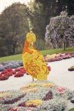 För fågelblomma för orange guling skulptur – blomsterutställning i Ukraina, 2012 arkivfoto