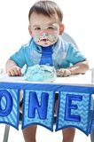 För födelsedagdundersuccé för pojke 1st kaka på framsida Arkivbilder