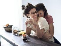 för förälskelsebaddräkter för par lesbiskt slitage arkivbild