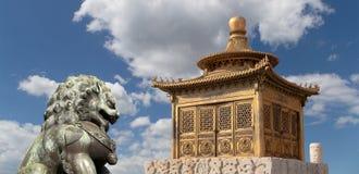 För för drakestaty och brons för brons kinesisk pagod beijing porslin royaltyfri bild