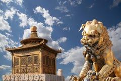 För för drakestaty och brons för brons kinesisk pagod beijing porslin arkivbilder