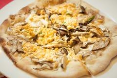 För för korngrönsaker och champinjoner för strikt vegetarian hel pizza Arkivfoto