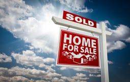 för försäljningstecken för gods såld home verklig röd sky royaltyfria foton