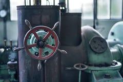 För fabriksbyggnad för gammal borttappad abandonend industriell kraftstation Arkivfoton
