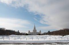 för facadeframdel för klar dag för moscow sikt för univercity för sommar tillstånd solig Främre fasadsikt snow royaltyfri fotografi