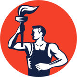 För facklacirkel för arbetare hållande övre flammande träsnitt Arkivbilder