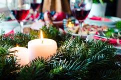 För familj för julberöm tillsammans begrepp Festlig ställeinställning för feriematställe med naturliga garneringar från granträd royaltyfria bilder