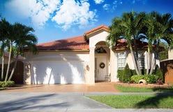 för familjhus för bakgrund 3d isolerad white illustration Royaltyfri Foto