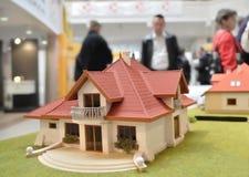 för familjhus för bakgrund 3d isolerad white illustration Royaltyfri Bild