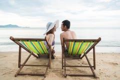 För familjlopp för par lyxig avkoppling på den tropiska stranden för stol Royaltyfria Foton