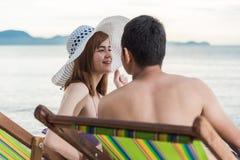 För familjlopp för par lyxig avkoppling på den tropiska stranden för stol Fotografering för Bildbyråer