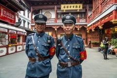 För Fang Bang Zhong Lu för den turist- polisen shanghai gammalt stad porslin Royaltyfri Fotografi
