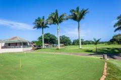 För farledhål för golf scenisk kurs för grön klubbhus royaltyfria foton