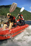 för fartyg forar två för folk för uppblåsbar ner paddla Fotografering för Bildbyråer