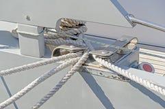 för fartygbollard för bakgrund blått hav för fnurra royaltyfria foton