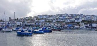 För fartygBrixham för molnig himmel hamn Devon England hamn Arkivbilder