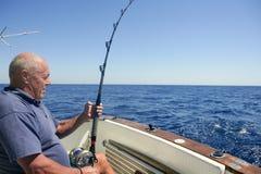 för fartygfiske för sportfiskare stor sport för pensionär för lek Arkivbilder
