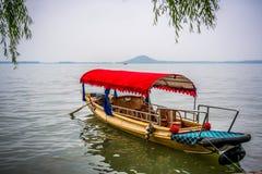 För fartygnärbild för traditionell kines sikt i Wuhan stadsDonghu den östliga sjön och den Moshan kullen i Kina royaltyfri foto