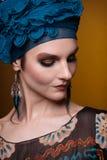 För fasionmakeup för ung kvinna blå brunt Arkivfoton