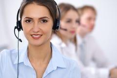 för felanmälansmitt för bakgrund 3d bilder isolerade white Fokus på härlig affärskvinna i hörlurar med mikrofon Royaltyfri Fotografi