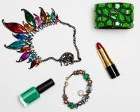 För femininitillbehör för lägenhet lekmanna- collage med exponeringsglas, läppstift, armband, halsband på vit bakgrund Royaltyfri Fotografi
