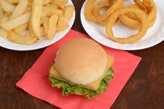För filéfisk för bästa sikt smörgås med grönsallat och ost Arkivfoto