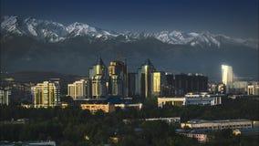 för filmfilm för 4k Timelapse gem av soluppgång för Almaty stadssolnedgång på en bakgrund av snö-korkade Tian Shan berg i Almaty stock video