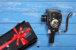 För filmfilmen för tappning spelar in på video den bärbara kameran VHS gåvan bundna röda pilbågen arkivfoto