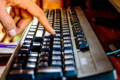 För fingerhandlag för slut övre tangentbord för knapp arkivfoto