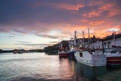 För fiskarefartyg för selektiv fokus skeppsdocka på pir efter solnedgånghimmel i Lofoten öar, Norge arkivbild