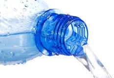 för flaska vatten för plast- ner hällande Arkivbild