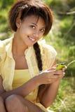 för flicka använda för telefon utomhus tonårs- Fotografering för Bildbyråer