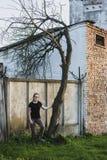 För flicka krokigt träd nära royaltyfria foton