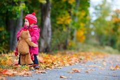 för flicka litet barn utomhus Arkivbild