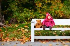 för flicka litet barn utomhus Fotografering för Bildbyråer