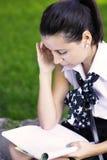för flicka studera för skola utomhus Royaltyfri Foto