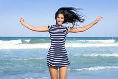 för flickabanhoppning för strand härlig sommar Royaltyfri Fotografi