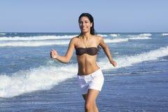 för flickabanhoppning för strand härlig sommar Arkivfoto
