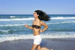 för flickabanhoppning för strand härlig sommar Fotografering för Bildbyråer