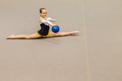 För flickaboll för rytmisk gymnastik splittringar för kontroll Fotografering för Bildbyråer