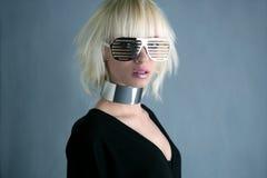 för flickaexponeringsglas för blont mode futuristic silver royaltyfria foton