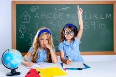 för flickahand för klassrum som klyftig nerd lyfter deltagaren royaltyfri foto